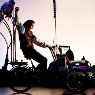 Szene aus der oper Barbier von Sevilla, Mann auf Fahrrad. Foto: Erik Berg