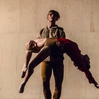 Ballettszene Tänzer trägt Tänzerin. Foto: Erik Berg